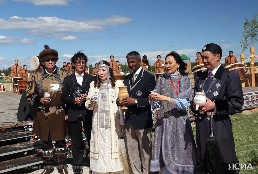 ФОТО: На Ысыахе Туймаады-2014 более 11 тысяч человек установили ...